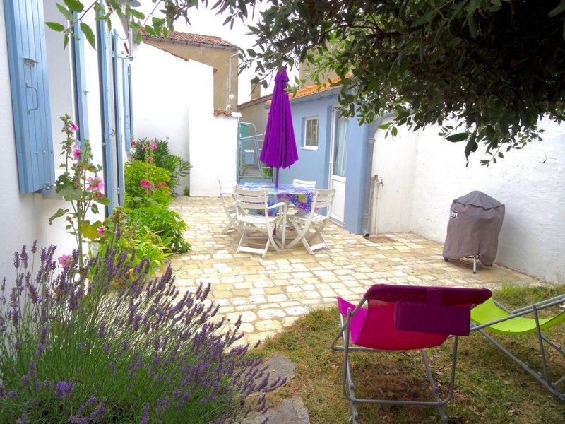 maison de charme  au calme sur jardin clos centre St Denis et plages à proximité, casa vacanza a Saint-Denis d'Oleron