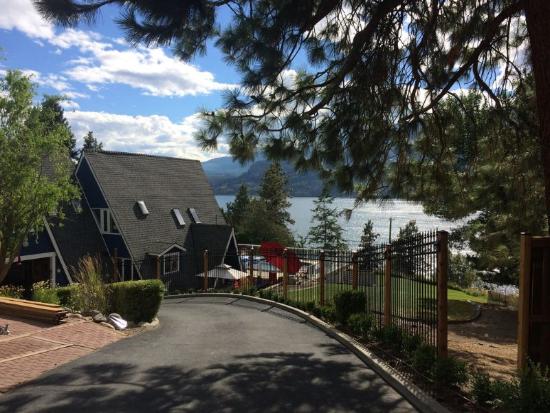 A-Frame Cottage with great lake views and above ground pool, alquiler de vacaciones en Kelowna