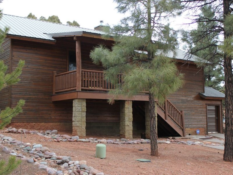 Luxury/Privacy w/pine trees, 2 covered decks, free WiFi, DISH 250 package, 4 TVs, holiday rental in Show Low