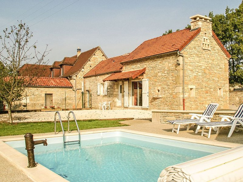 Holiday home near Cressensac, with private swimming pool and garden with playgr, holiday rental in Chartrier-Ferriere