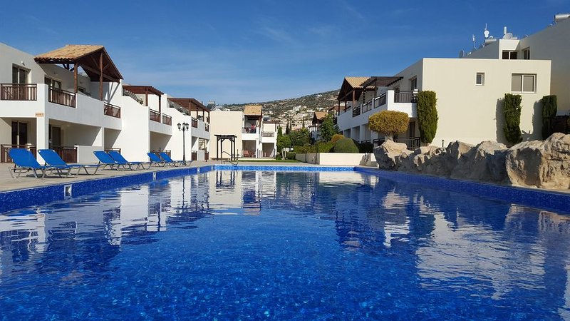 Spacious 1 bedroom apartment, free Wi-fi, UK TV & Air Conditioning, vacation rental in Peyia
