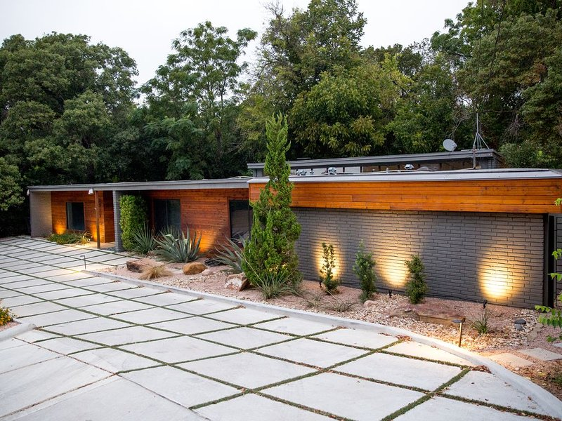 As Seen on TVs popular home show- Stay in Fabulous Waco Mid Century Modern Home, casa vacanza a Waco