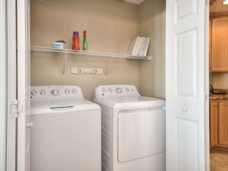 Grande laveuse et sécheuse, accès facile à côté de la cuisine