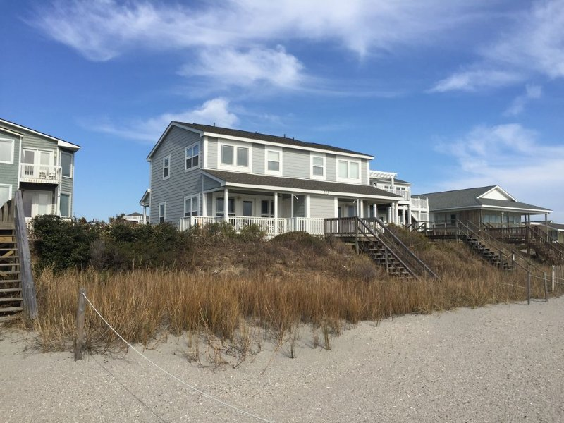Renovated Oceanfront Home, alquiler de vacaciones en Holden Beach