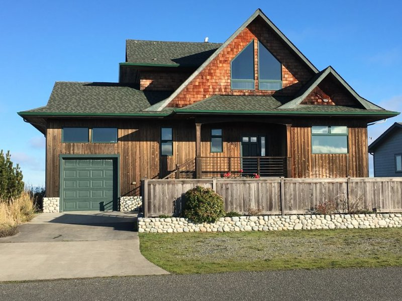 Beachfront Vacation Home with Scenic Mountain Views, vacation rental in Sequim