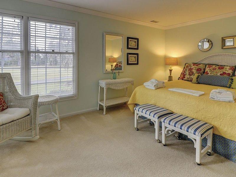 Chambre des maîtres avec lit King size, TV à écran plat et salle de bain privée