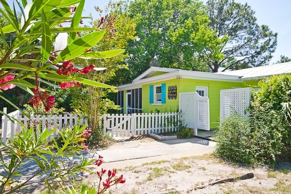 Key Lime Parrot - 3 Blocks to Beach! WiFi! Next Door to The Shrimp Cottage!, holiday rental in Tybee Island