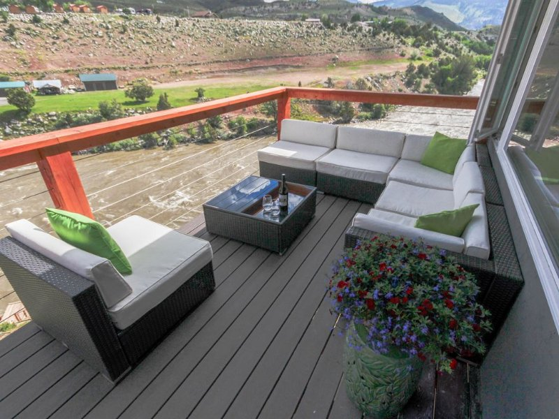 Two minutes from Yellowstone Park with private river access, 30ft. Deck & BBQ., alquiler de vacaciones en Gardiner