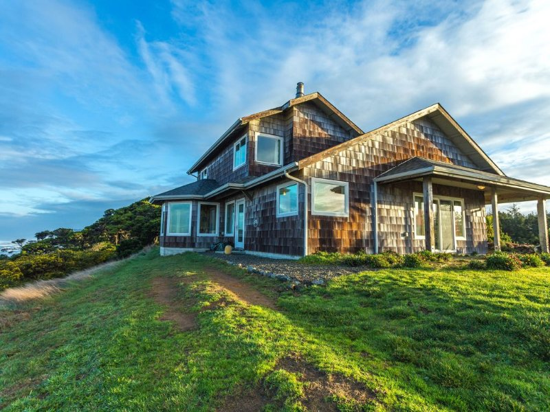 Oceanfront Next to Sheep Ranch Golf Course, holiday rental in Bandon