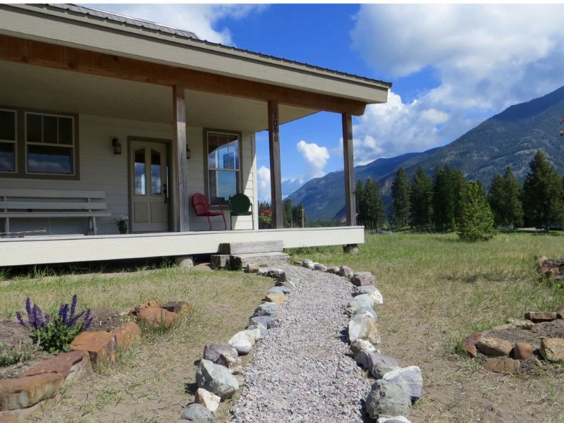 Epic Views - Peaceful, Eco-friendly Home - 30 Minutes to Glacier National Park, casa vacanza a Creston