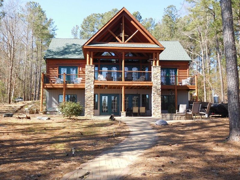 Beautiful Log Home Main Lake - pizza oven, fire pit, kayaks, SUP, pontoon, vacation rental in Gaston