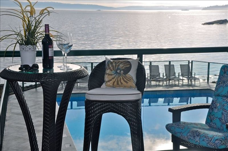 Luxury Ocean Front~ Enchanting Panoramic Views~Spa~Pool~Tennis~Awesome Lanai, vacation rental in Vancouver Island