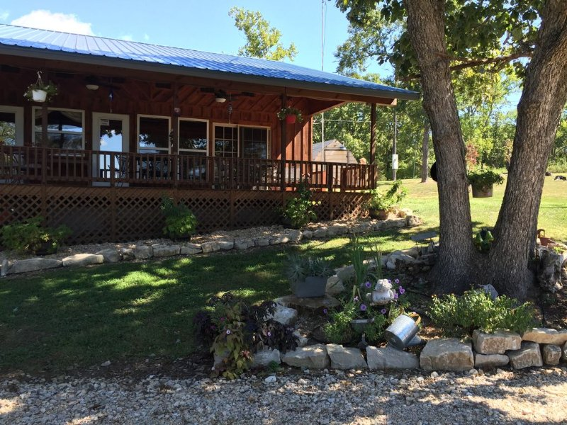 Cozy Cabin-Rock Creek Cove-Table Rock Lake-Close To Big M & Eagle Rock Marina, vacation rental in Eagle Rock