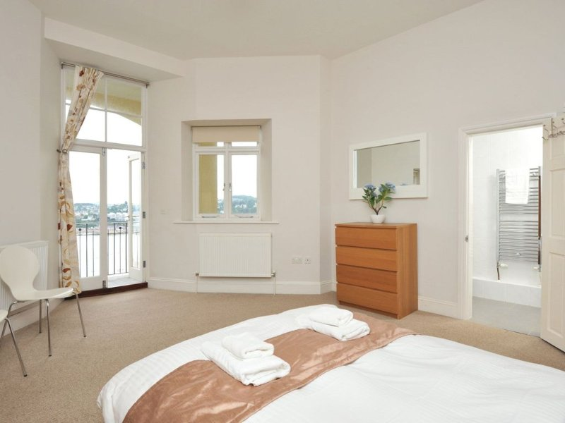 14 Astor House - stunning sea views from large balcony with stylish two bed apa, vacation rental in Torquay
