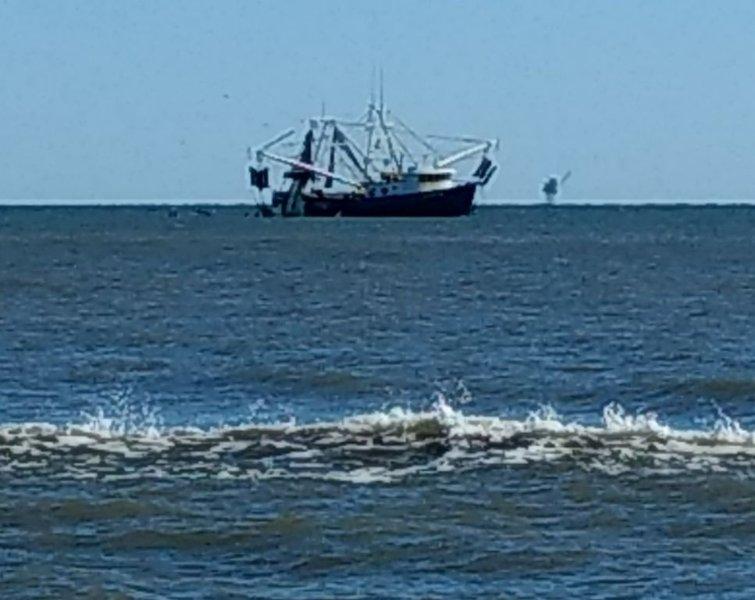 ¡Desde la playa se pueden ver barcos camaroneros listos para traerle deliciosos camarones y golosinas!