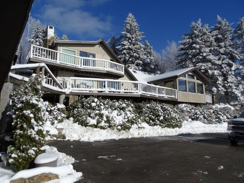 Magical, Rustic, & Charming 8 Bedroom Home w/ Spectacular View., vacation rental in Mount Pleasant