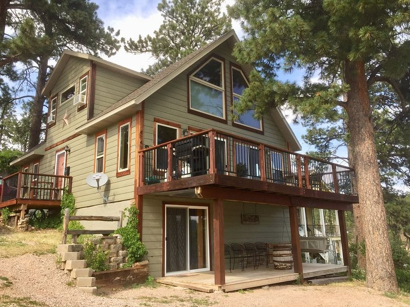 Summit Lodge- Relaxation with Spectacular Views of the Hills- 3 mi. to Deadwood~, holiday rental in Lead
