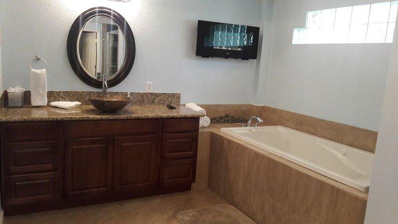 banheira de hidromassagem com lareira elétrica no banheiro principal.