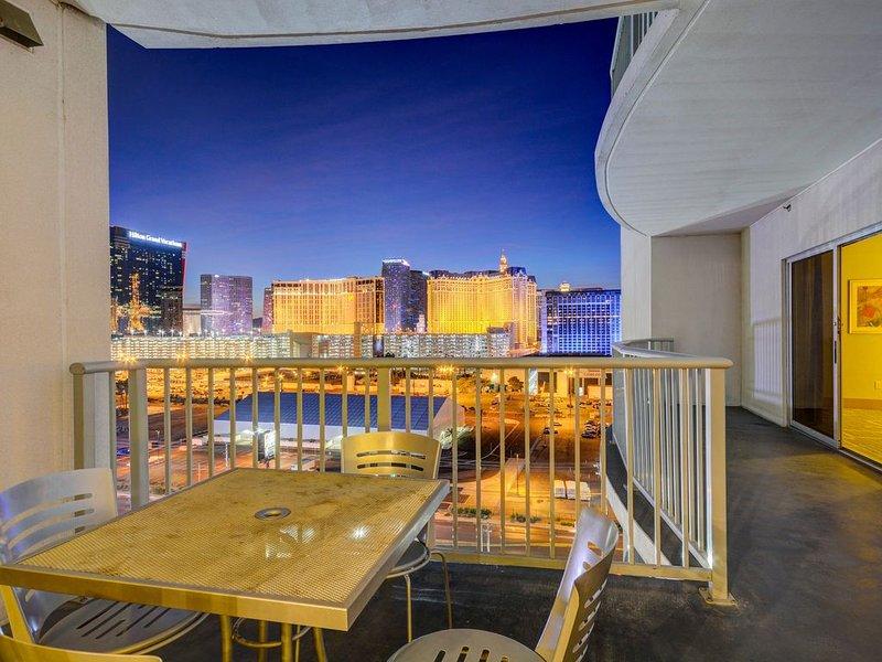 Huge 2,100+sqft Suite *LV Strip Views* Indoor & Outdoor Pool *Outside Balcony, casa vacanza a Las Vegas
