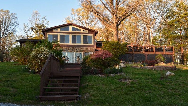 imagem Spring, temos mais de 1800 pés quadrados de decks ao ar livre / pátio.