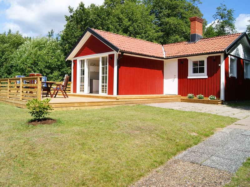 Ruhig gelegenes Ferienhaus im Wald am See, holiday rental in Jonkoping County