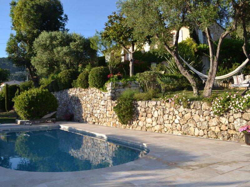 T2 indépendant en RDJ d'une bastide de charme avec piscine en position dominante, location de vacances à Grasse