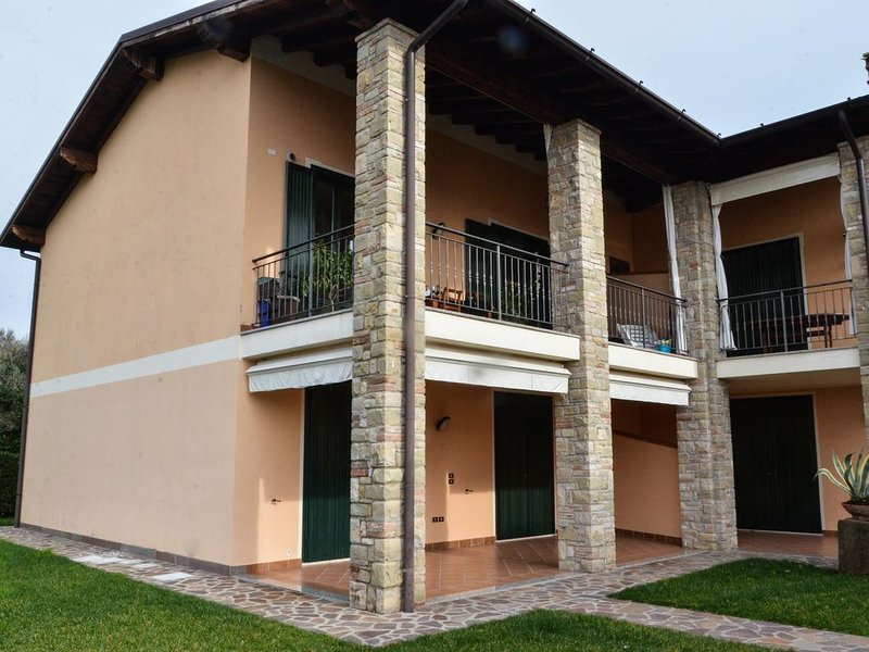 MODERN LAKE GARDA APARTMENT + POOL, Ferienwohnung in Montinelle