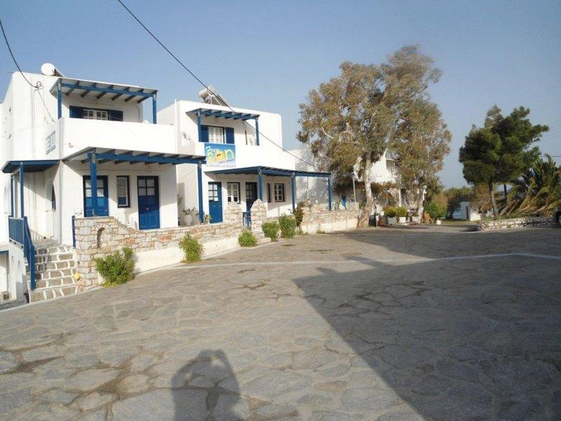 Monolocale  2 persone 50 metri dalla spiaggia, vacation rental in Nea Chryssi Akti