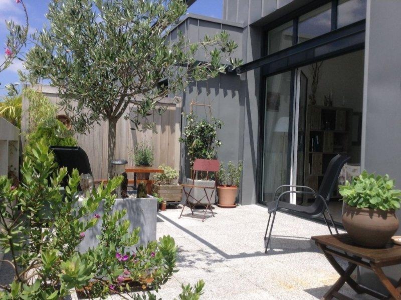 Rare, Bayonne centre, 'maison patio sur un toit' Standing, calme, parking, wifi, vacation rental in Bayonne