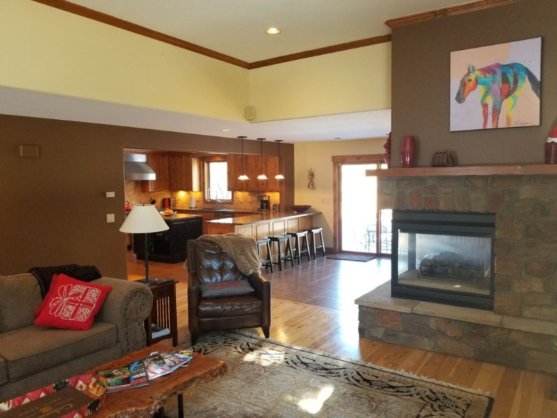 Family Lodge with 2 MBR, 5 BDR, Pool Table, Gourmet Kitchen, PingPon, Hot Tub... – semesterbostad i Avon