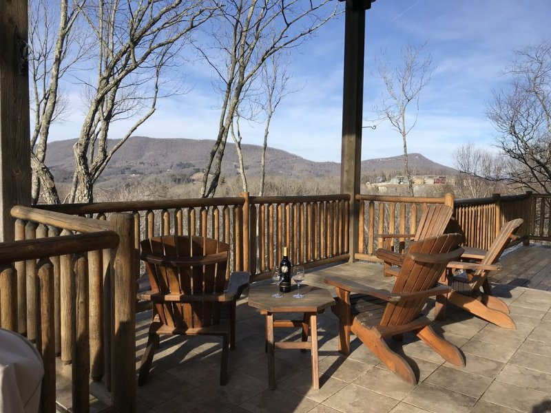 PANORAMIC Views!- EV Charger, Great location, numerous decks & stocked kitchen!, alquiler de vacaciones en Boone