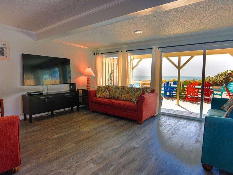 Huge House with Beachfront Patio! Vacation for the Entire Family., aluguéis de temporada em Madeira Beach