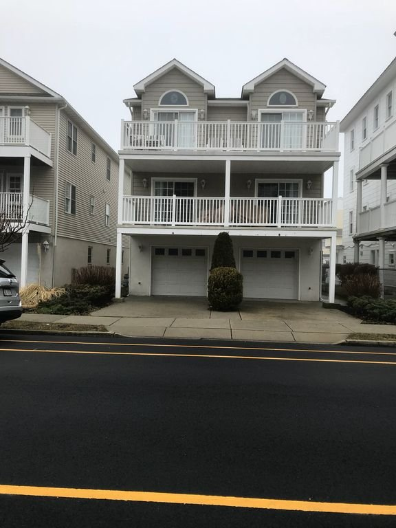Casa é no primeiro andar, grande deck coberto com 4 quartos, garagem para 2 carros, almofada 1 estacionamento e 2 banheiros.