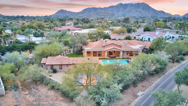 Entertainer's Paradise or Secluded Retreat 10 mins to OLD Town 20 mins Airport, vacation rental in Paradise Valley
