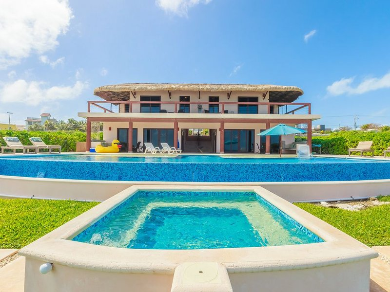 Casa Gemelos is a Luxurious Oceanfront Vacation Home on the Southern End of Isla, alquiler de vacaciones en Playa Mujeres
