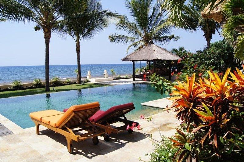 Het hotel ligt direct aan het strand met een prachtig uitzicht
