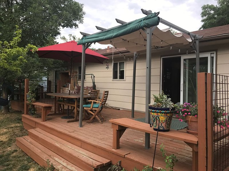Family/Dog Friendly House Along Bike Trail, Huge Deck, Sleeps 6+, holiday rental in Broomfield