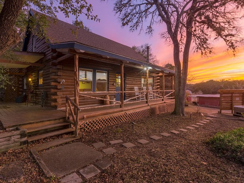 Gorgeous Log Home on Private Acres  *Hot Tub*, alquiler vacacional en Wimberley