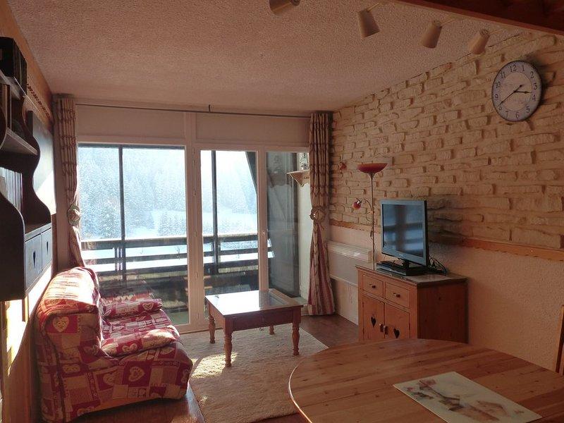 T2 refait à neuf, 7 couchages + lit bébé, aux pieds des pistes WIFI, holiday rental in Le Gua