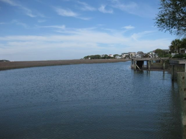 Folly Beach Riverfront Apartment with boat ramp, kayaks and bikes!, alquiler de vacaciones en James Island