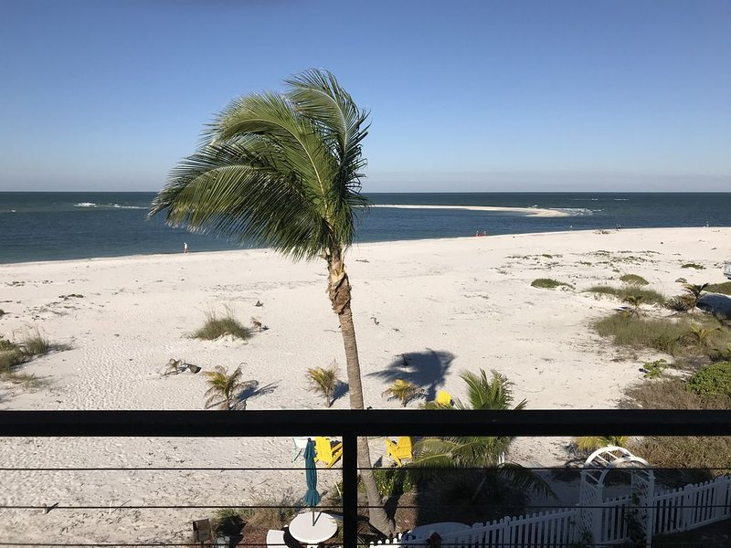 Best ,largest and cleanest beach front rental  property on the island !, holiday rental in Captiva Island