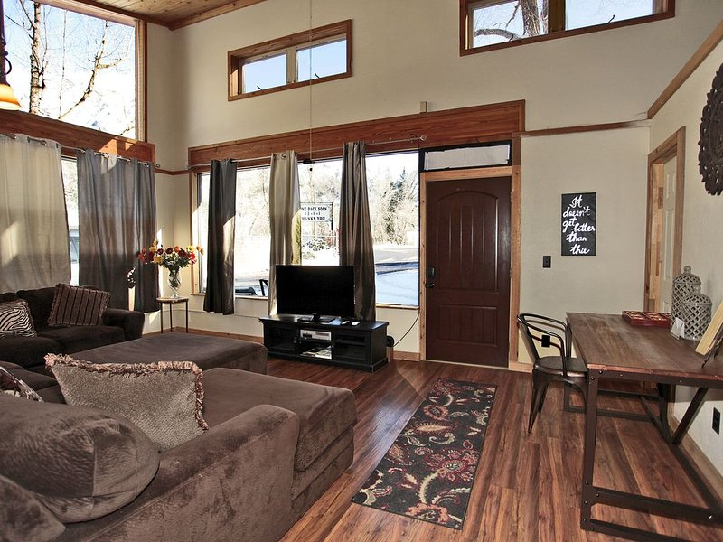Sunny home with mountain views a short walk from downtown Ouray, location de vacances à Ouray