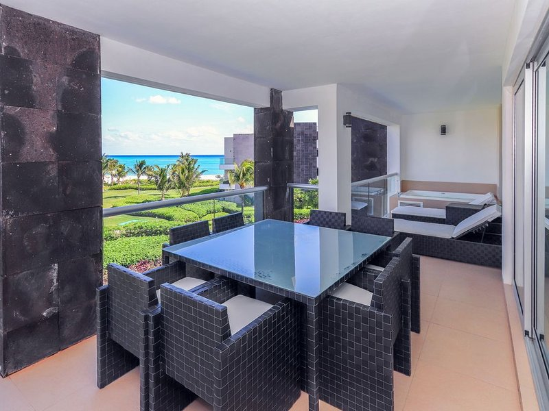 Luxurious Ocean View Condo on Private Beach, Spectacular Pool, location de vacances à Playa del Carmen