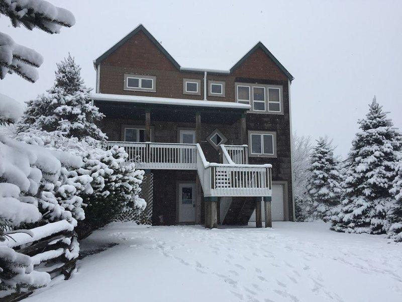 6 Bdrm 5 Bath Sleeps 14 Ski in and Ski out Slopeside!, alquiler vacacional en Beech Mountain