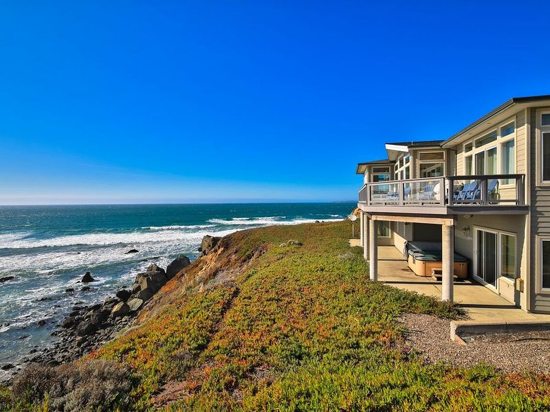 Sea Glass A Stunning Bluff Home,Walk to Beach! Hot Tub!Walk to Beach!, holiday rental in Marin County