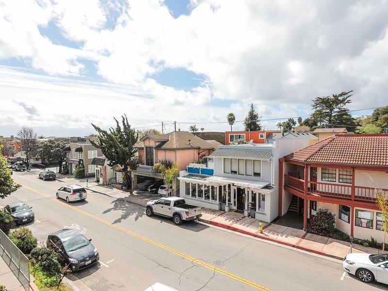 Vue village du balcon condo patio. Places assises 4.