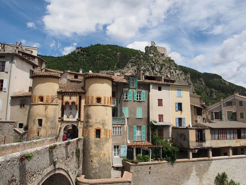 Charming 1 bedroom-apartment in medieval village, 1 hour from Nice, vacation rental in Entrevaux