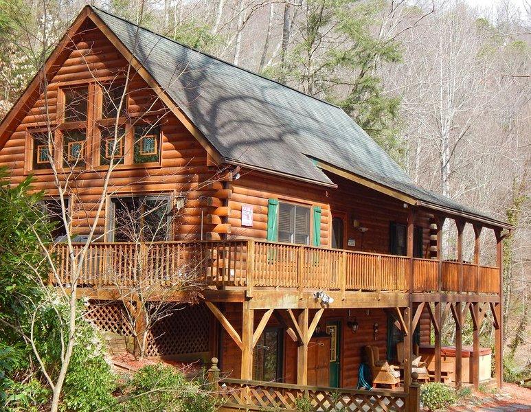 2 Master Suites Hot Tub Kids Ski Free Close to Golf, Ski, Fish, Hike,  PKWY, location de vacances à Maggie Valley