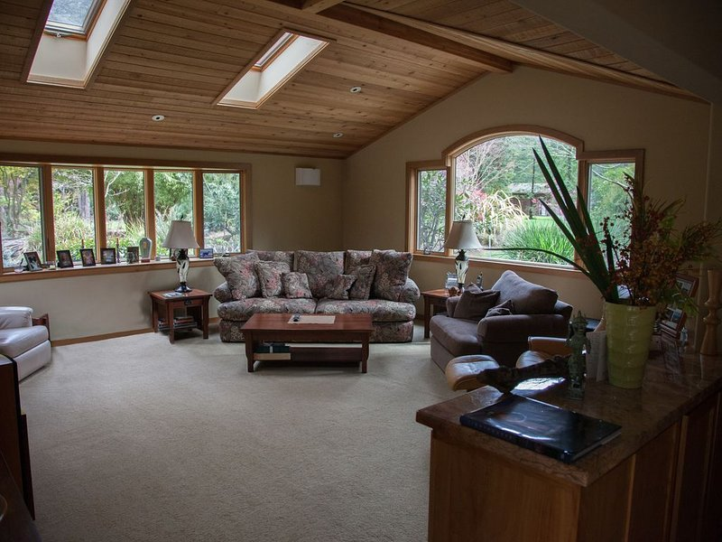 Beautiful home on 5 magnificently landscaped acres with Koi pond and Hot tub, location de vacances à Mendocino County