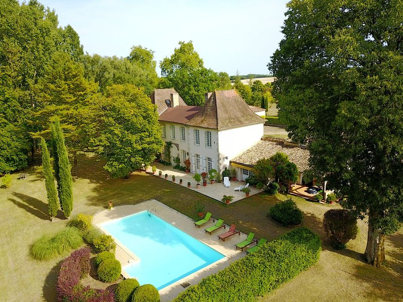 Luxueuse maison d'hotes ****  piscine, tennis, 6 trous golf dans parc clos 5 h, holiday rental in Naussannes
